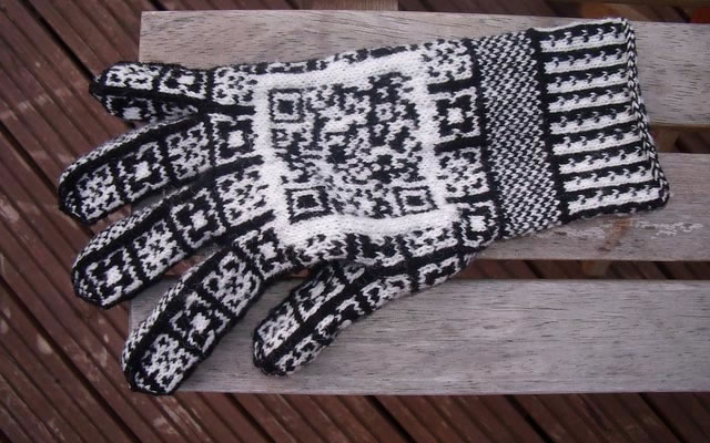 QR код на перчатках