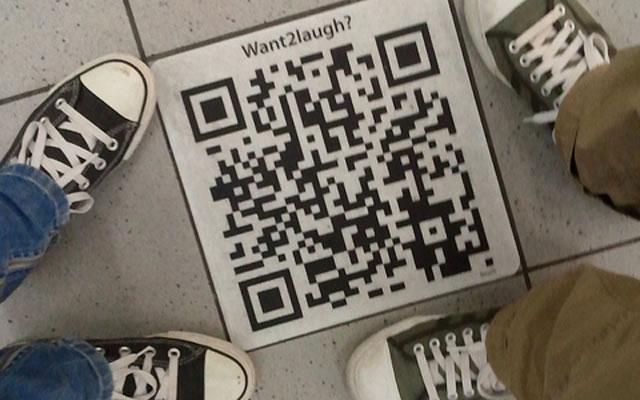 QR код на тротуаре